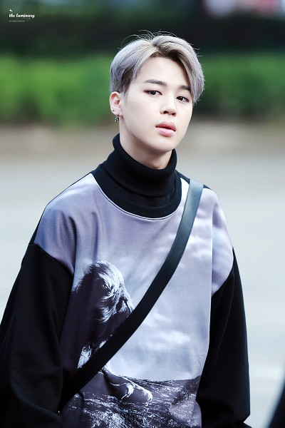 Tags: K-Pop, BTS, Park Jimin, Turtleneck, Black Eyes, Gray Hair, Bag, Walking, Collar (Clothes), Android/iPhone Wallpaper