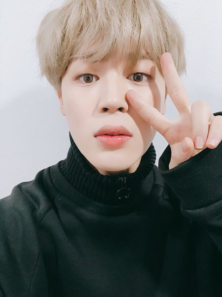 Tags: K-Pop, BTS, Park Jimin, Collar (Clothes), Blonde Hair, Black Outerwear, Gray Background, V Gesture, Turtleneck, Close Up, Selca, Twitter