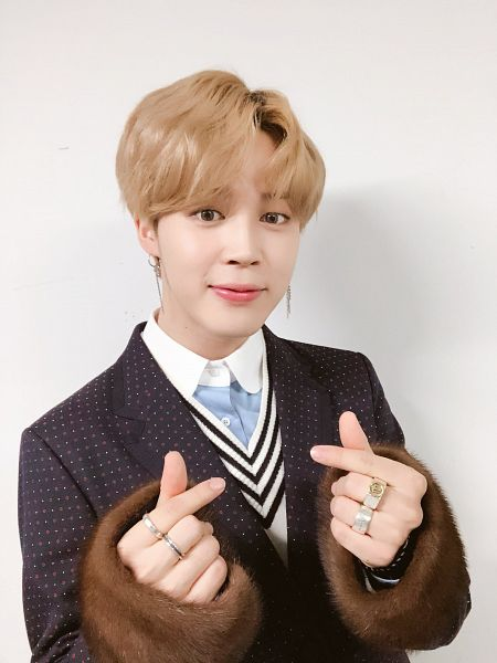 Tags: K-Pop, BTS, Park Jimin, Heart Gesture, Spotted, Gray Background, Shadow, Fur, Ring, Fur Trim, Collar (Clothes), Twitter