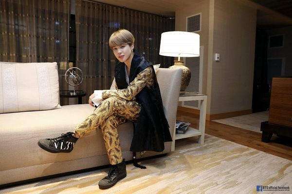 Tags: K-Pop, Bangtan Boys, Park Jimin, Lamp, Couch, Traditional Clothes, Sitting On Couch, Text: URL, Korean Clothes, Chuseok, English Text, Curtain