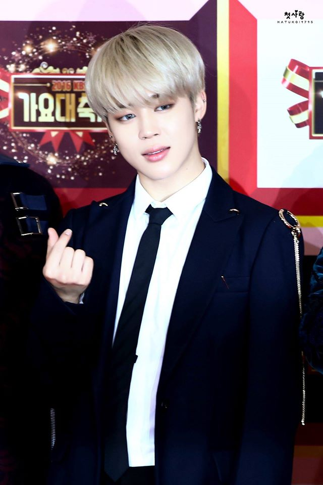 Tags: K-Pop, BTS, Park Jimin, Heart Gesture, Tie, Blonde Hair, Red Carpet