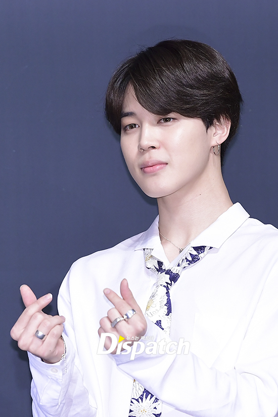 Tags: K-Pop, Bangtan Boys, Park Jimin, Bracelet, Dark Background, Close Up, Tie, Collar (Clothes), Ring, Heart Gesture, Looking Ahead, Blue Background