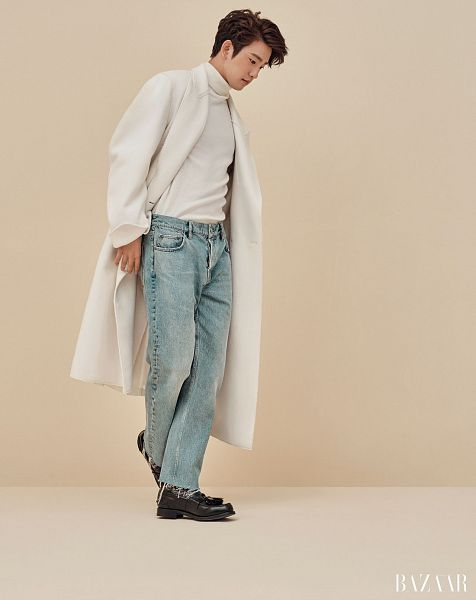 Tags: K-Pop, Got7, Park Jinyoung (Junior), Collar (Clothes), White Outerwear, Turtleneck, Jeans, Brown Background, Blue Pants, Looking Down, Harper's Bazaar, Magazine Scan