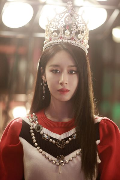 Tags: K-Pop, T-ara, Park Jiyeon, Jewelry, Multi-colored Shirt, Close Up, Earrings, Headdress, Standing, Closed Mouth, Crown, What'S My Name?