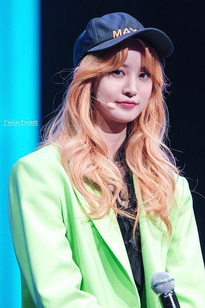 Tags: K-Pop, EXID, Park Junghwa, Baseball Cap, Red Hair, Hat, Green Outerwear, Baseball, Wavy Hair, Twintweet