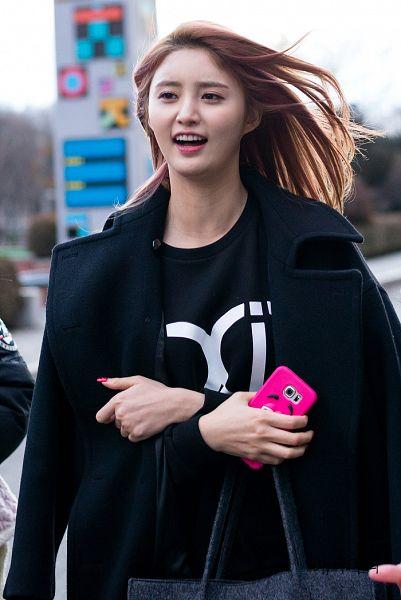 Tags: K-Pop, EXID, Park Junghwa, Nail Polish, Crossed Arms, Text: Artist Name, Bag, Black Jacket, Black Outerwear, Make Up, Looking Away, Phone