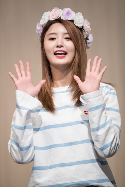 Tags: K-Pop, EXID, Park Junghwa, Flower, Brown Background, Striped, Striped Shirt, Looking Ahead, Wave, Hair Ornament, Flower Crown, Crown