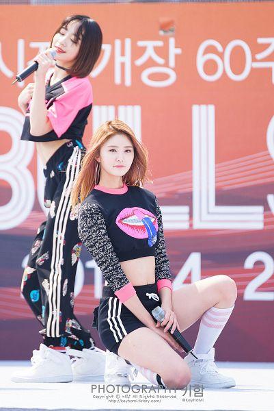 Tags: K-Pop, EXID, Hani, Park Junghwa, White Legwear, Bare Legs, Kneeling, Korean Text, Sneakers, Choker, Shorts, Hand On Leg