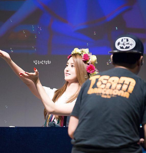 Tags: K-Pop, EXID, Park Junghwa, Flower Crown, Crown, Hair Ornament, Gray Background, Flower, Arms Up, Bubbles, Korean Text