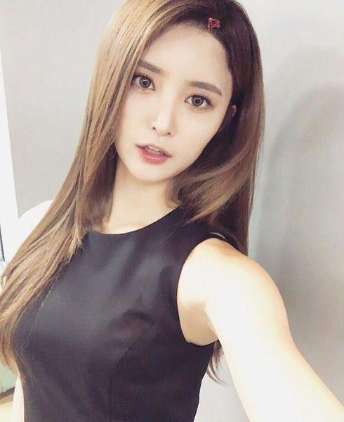 Tags: K-Pop, EXID, Park Junghwa, Hair Clip, Sleeveless, Sleeveless Shirt, Hair Ornament, Light Background, Bare Shoulders, White Background