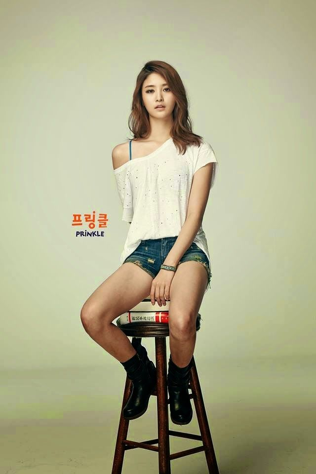 Tags: K-Pop, EXID, Park Junghwa, Boots, Book, Shoes, Gray Background, Shorts, Bare Shoulders, Jeans, Bare Legs, Collarbone
