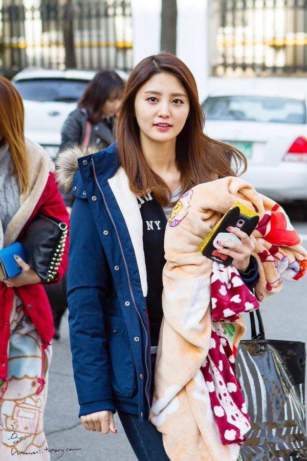 Tags: K-Pop, EXID, Park Junghwa, Striped, Striped Shirt, Black Outerwear, Blue Jacket, Walking, Phone, Bag, Outdoors, Black Jacket