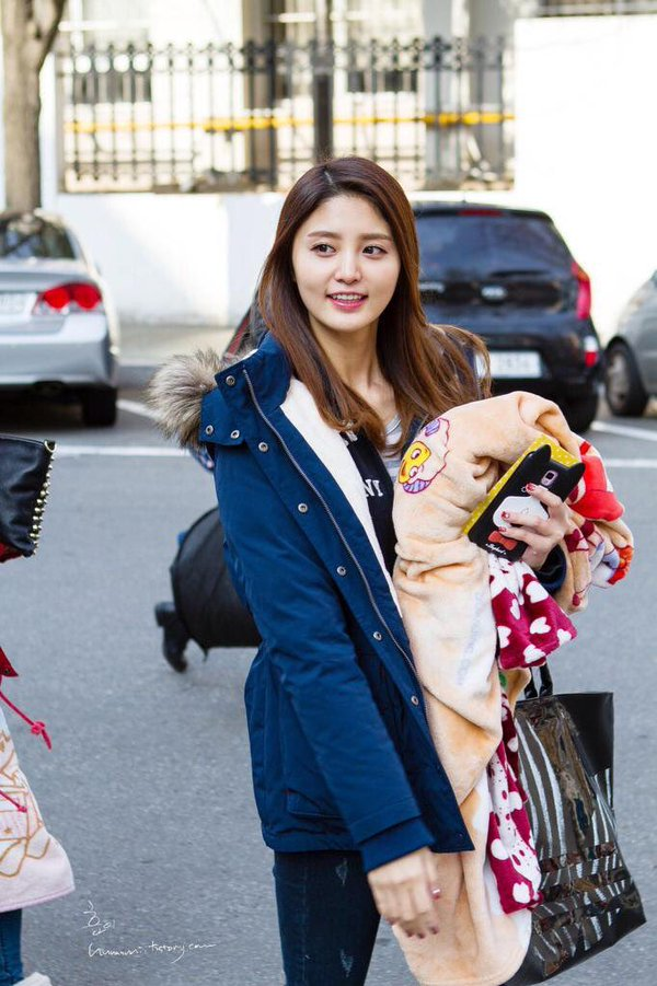 Tags: K-Pop, EXID, Park Junghwa, Black Jacket, Smartphone, Looking Away, Striped, Black Outerwear, Jeans, Gray Shirt, Striped Shirt, Phone