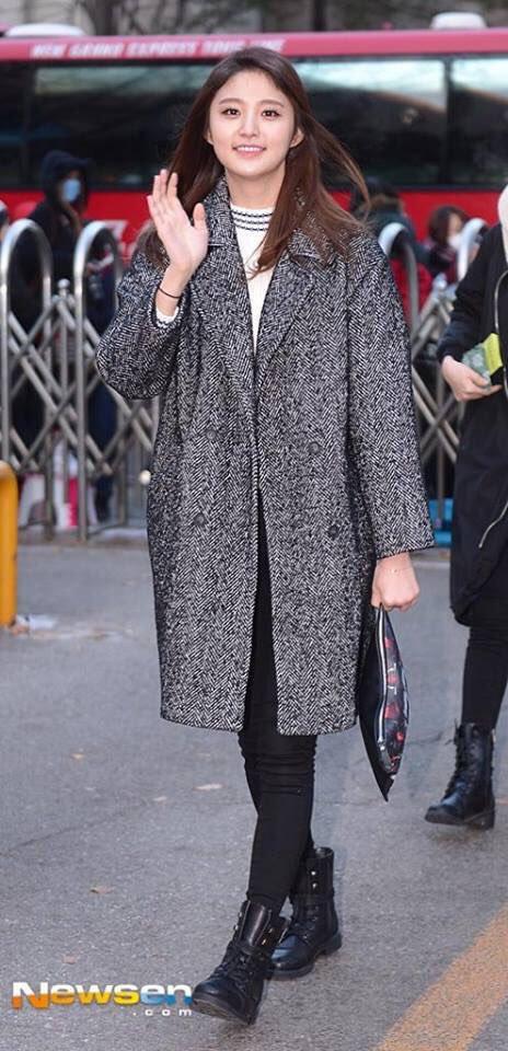 Tags: K-Pop, EXID, Park Junghwa, Boots, Gray Jacket, Black Pants, Outdoors, Black Footwear, Shoes, Bag, Wave, Gray Outerwear