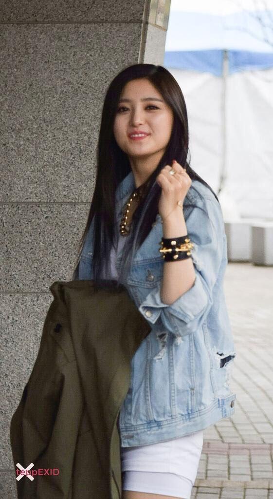 Tags: K-Pop, EXID, Park Junghwa, Denim Jacket, Ring, Bare Legs, Shorts, Outdoors, White Shorts, Bracelet, Brown Outerwear, Teppexid