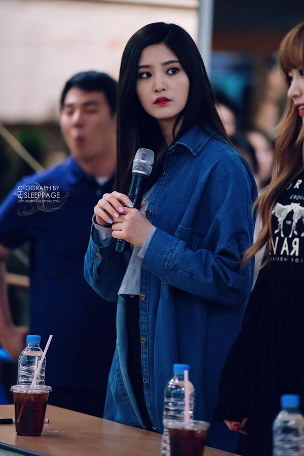 Tags: K-Pop, EXID, Hani, Park Junghwa, Gray Shirt, Nail Polish, Drinks, Bottle, Denim Jacket, Red Lips, Black Pants, Make Up