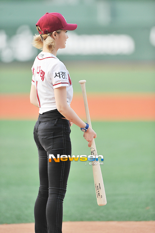 Tags: Spica, Park Narae, Jeans, Baseball Bat, Hat, Back, Baseball, Watch, Baseball Cap, Black Pants, Baseball Jersey