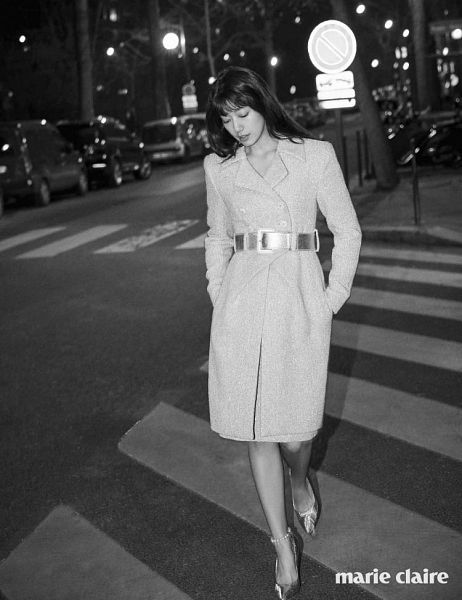 Tags: K-Drama, Park Shin-hye, Walking, Road, Bare Legs, Blunt Bangs, Lamp Post, Belt, Text: Magazine Name, Hand In Pocket, High Heels, Night