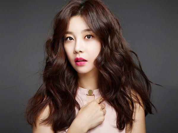 Tags: K-Pop, Girls' Day, Park Sojin, Sleeveless, Bare Shoulders, Hand On Chest, Sleeveless Shirt, Gray Background