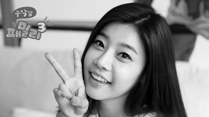 Tags: K-Pop, Girls' Day, Park Sojin, V Gesture, Monochrome