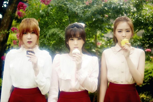 Tags: K-Pop, Apink, Son Na-eun, Park Cho-rong, Oh Ha-young, Matching Outfit, Bare Shoulders, Sleeveless, Eating, Sweets, Red Skirt, Food