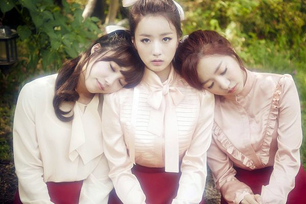 Tags: K-Pop, Apink, Yoon Bo-mi, Jung Eun-ji, Kim Nam-joo, Matching Outfit, Tree, Outdoors, Head On Shoulder, Sleeping, Three Girls, Red Skirt