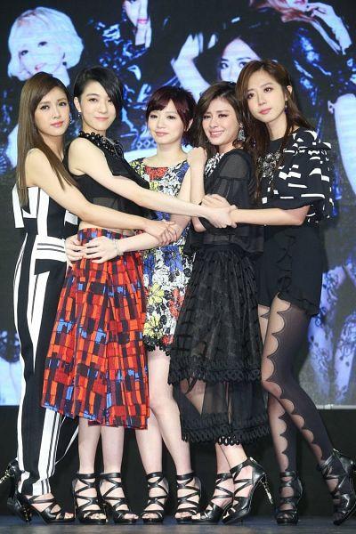 Tags: Television Show, C-Pop, Popu Lady, Hongshi, Liu Yushan, Chen Tingxuan, Bao Er, Dayuan, Holding Close, Black Dress, Five Girls, Crying