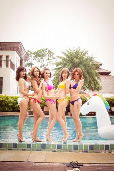 Tags: C-Pop, Popu Lady, Dayuan, Hongshi, Liu Yushan, Chen Tingxuan, Bao Er, Water, Swimming Pool, Full Group, Swimsuit, Red Hair