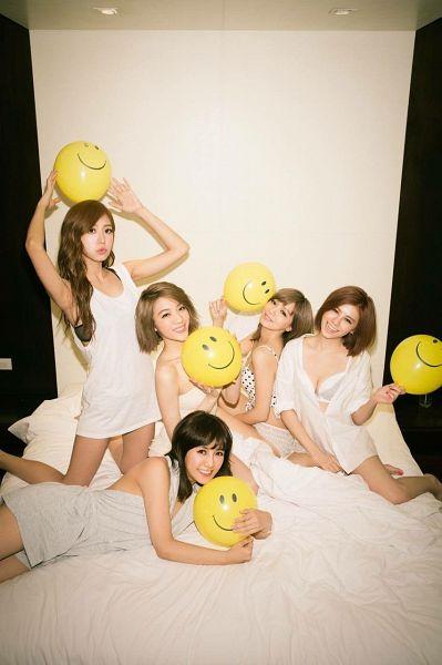 Tags: C-Pop, Popu Lady, Bao Er, Dayuan, Hongshi, Liu Yushan, Chen Tingxuan, Full Group, Group, Balloons, Suggestive, Bed