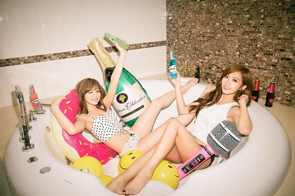 Tags: C-Pop, Popu Lady, Bao Er, Hongshi, Duo, Bathtub, Bottle, Bathroom, Barefoot, Flotation Devices, Bare Shoulders, Sleeveless