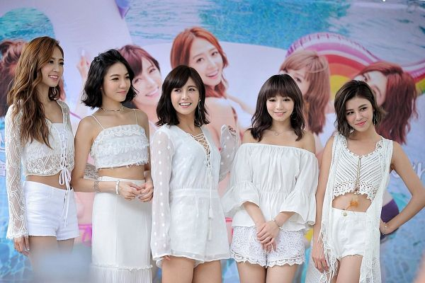 Tags: C-Pop, Popu Lady, Dayuan, Hongshi, Liu Yushan, Chen Tingxuan, Bao Er, Full Group, Medium Hair, Five Girls, Hand On Hip, White Outfit