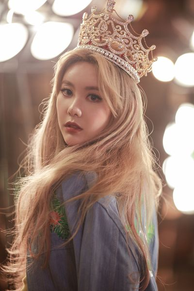 Tags: K-Pop, T-ara, What's My Name?, Qri, Headdress, Blue Shirt, Crown, Close Up, Blonde Hair, Red Lips, Android/iPhone Wallpaper