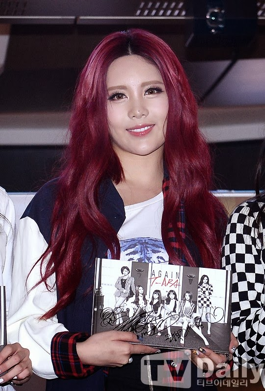 Tags: K-Pop, T-ara, Qri, Facial Mark, Holding Object, Red Hair, Tattoo, Contact Lenses, TV Daily
