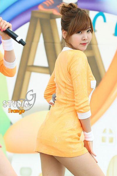 Tags: K-Pop, Orange Caramel, After School, Raina, Blunt Bangs, Orange Dress, Orange Outfit, Back, Hair Up, Live Performance