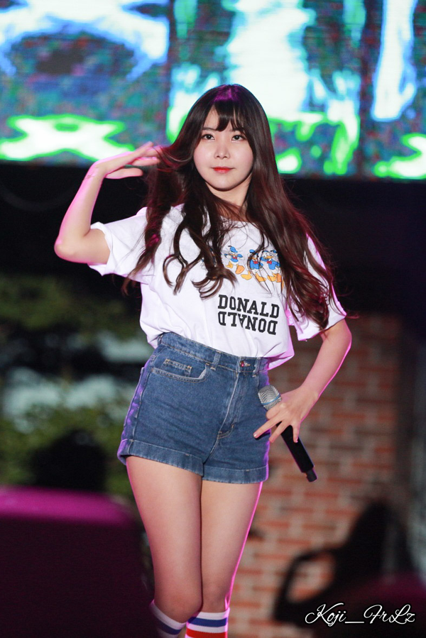 Tags: K-Pop, After School, Raina, Jeans, Short Sleeves, Blue Shorts, Blunt Bangs, Looking Ahead, Shorts, Denim Shorts, Live Performance