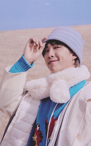 Tags: K-Pop, BTS, Rap Monster, White Outerwear, White Jacket, Hat, Gray Hair, Scarf, Outdoors, Sweater, Blue Shirt, Blue Headwear
