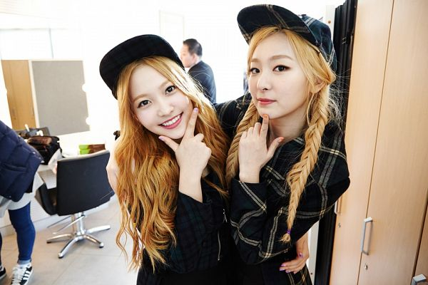 Tags: K-Pop, Red Velvet, Yeri, Kang Seul-gi, Duo, Blonde Hair, Wavy Hair, Closed Mouth, Twin Tails, Holding Close, Hat, Two Girls