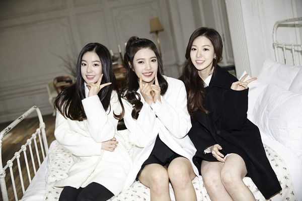 Tags: K-Pop, Red Velvet, Irene, Joy, Black Outfit, Trio, Grin, On Bed, V Gesture, Three Girls, Teeth