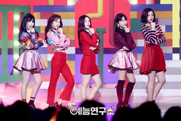 Tags: SM Town, Television Show, K-Pop, Red Velvet, Kang Seul-gi, Irene, Yeri, Joy, Wendy, Korean Text, Group, Full Group