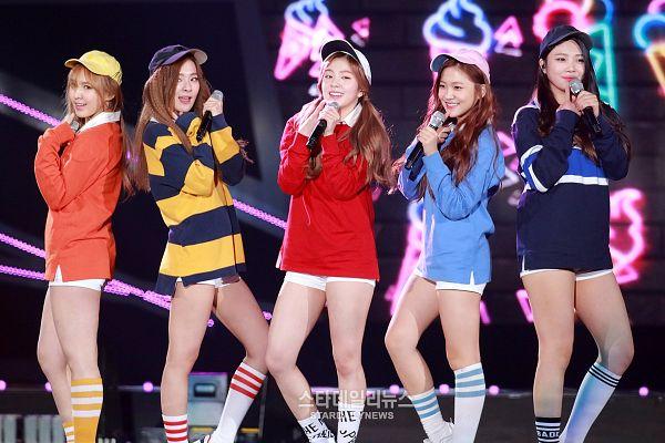 Tags: SM Town, K-Pop, Red Velvet, Dumb Dumb, Irene, Yeri, Joy, Wendy, Kang Seul-gi, Striped, Socks, Blue Shirt