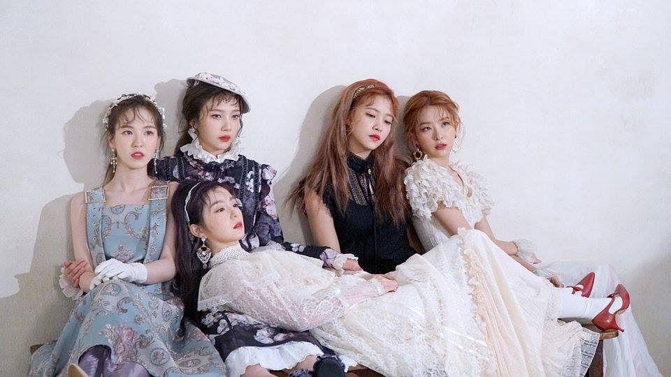 Tags: SM Town, K-Pop, Red Velvet, Kang Seul-gi, Irene, Yeri, Joy, Wendy, White Dress, Black Outfit, White Gloves, Eyes Closed