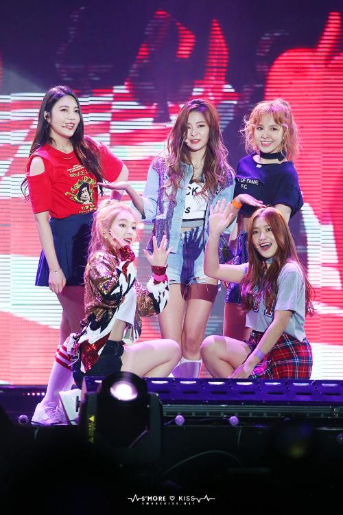 Tags: SM Town, K-Pop, Red Velvet, Yeri, Joy, Wendy, Kang Seul-gi, Irene, Quintet, Checkered Skirt, Hand On Hip, Gray Shirt