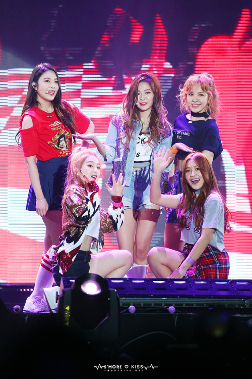 Tags: SM Town, K-Pop, Red Velvet, Joy, Wendy, Kang Seul-gi, Irene, Yeri, Gray Shirt, Jeans, Gold Jacket, Midriff