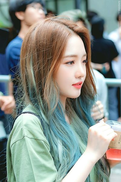 Tags: K-Pop, fromis 9, Roh Jisun, Blue Hair, Looking Ahead, Looking Away, Green Shirt, Holding Object