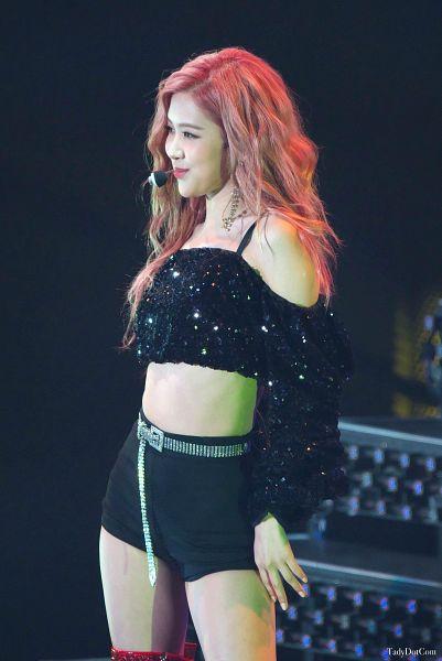 Tags: K-Pop, Black Pink, Rosé (singer), Black Shorts, Midriff, Looking Ahead, Wavy Hair, Dark Background, Shorts, Bare Shoulders, Black Background, Belt