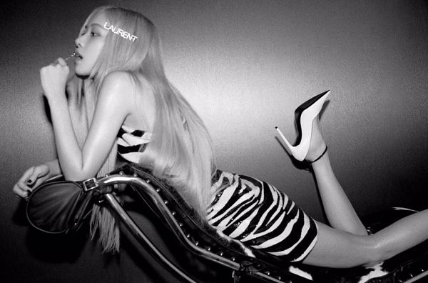 Tags: K-Pop, Black Pink, Rosé (singer), Gray Hair, Laying Down, Looking Ahead, White Outfit, Text: Brand Name, Shoes, Dark Background, Laying On Couch, Laying On Stomach