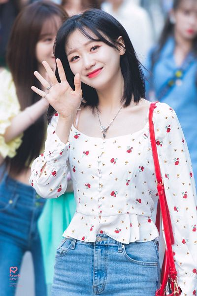 Tags: K-Pop, Lovelyz, Ryu Sujeong, Bag, Jeans, Ring, Floral Shirt, Wave, Floral Print, Necklace, Collarbone, Ryuvly Dayz