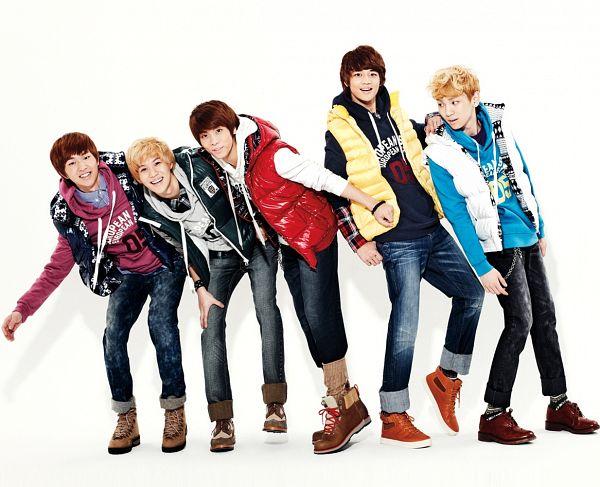 Tags: K-Pop, SHINee, Onew, Taemin, Choi Minho, Key (Shinee), Kim Jonghyun, Hoodie, Full Group, Blue Outerwear, Pink Outerwear, Laughing