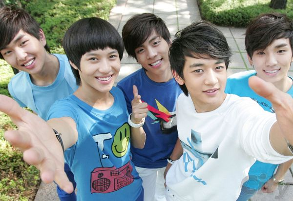 Tags: K-Pop, SHINee, Choi Minho, Key (Shinee), Kim Jonghyun, Onew, Taemin, Five Males, Hold Out Hand, Outdoors, Quintet, From Above