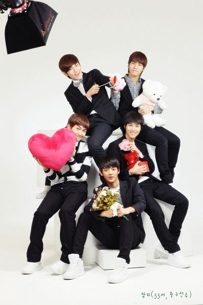 Tags: K-Pop, SHINee, Key (Shinee), Taemin, Kim Jonghyun, Onew, Choi Minho, Sitting On Couch, Full Group, Black Pants, Korean Text, Heart